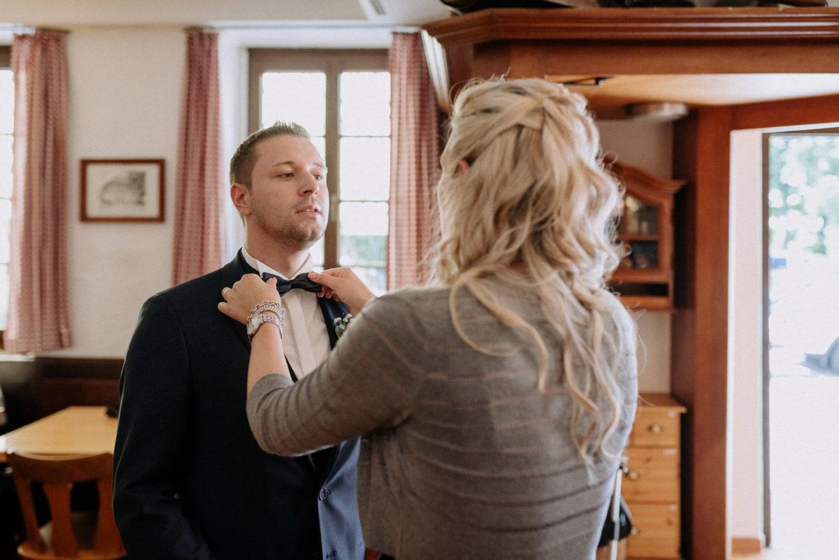 Fliege richten,blonde Haare,vor der Hochzeit,Bräutigam
