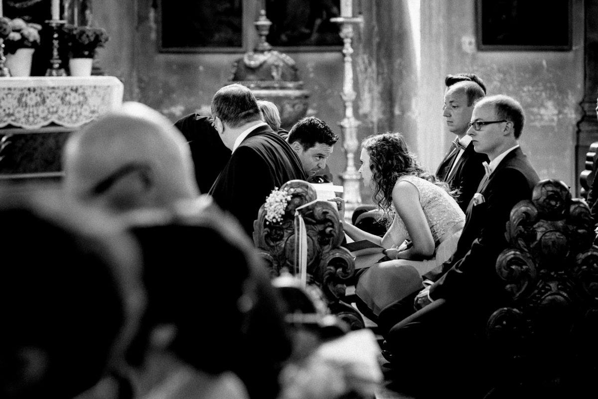 Hochzeitsgäste,kirchliche Trauung,sitzbänke,