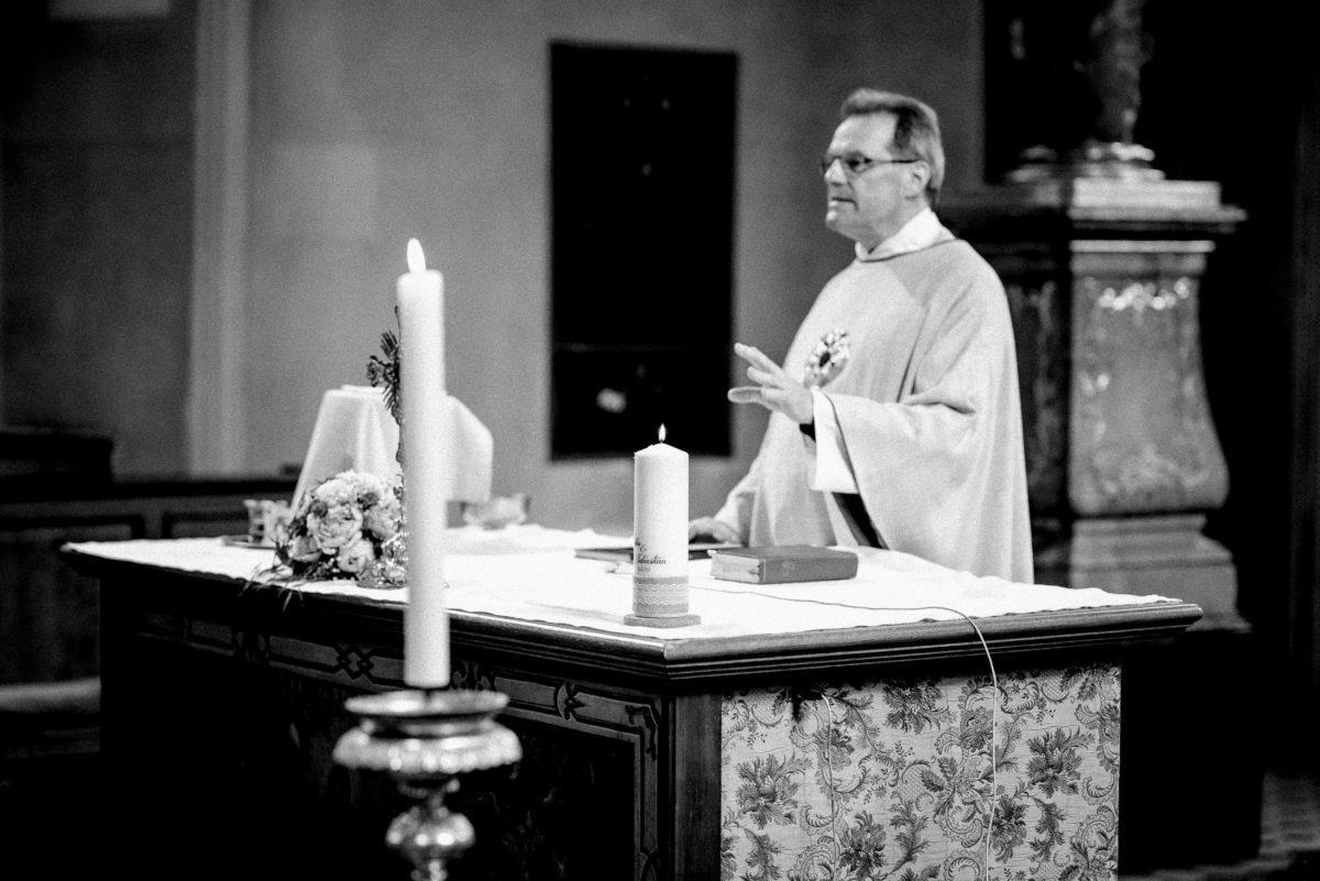 Pfarrer,predigen,Altar,Kerzen,