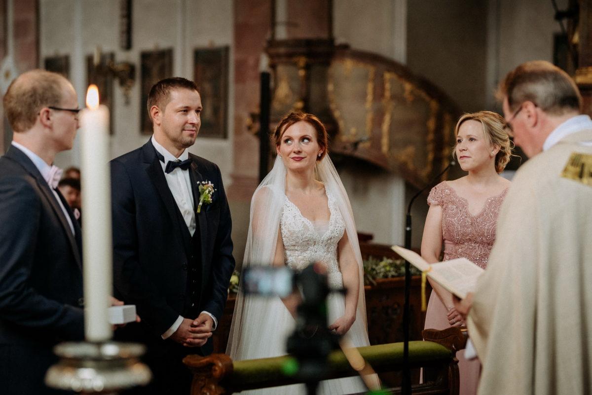 Pfarrer,Brautpaar,Trauzeugen,Lesung,Ansteckblume