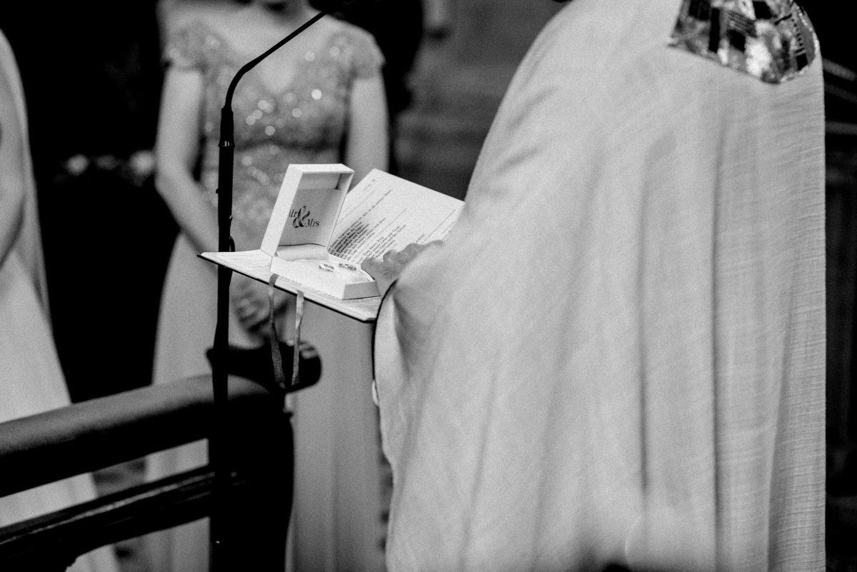 Ehering segnung,Pfarrer,Mikrofon,Kleid,
