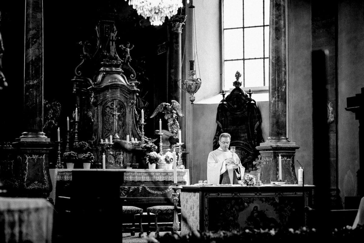Säulen,Altar,Pfarrer,Kommunion,Kerzen,Kronleuchter