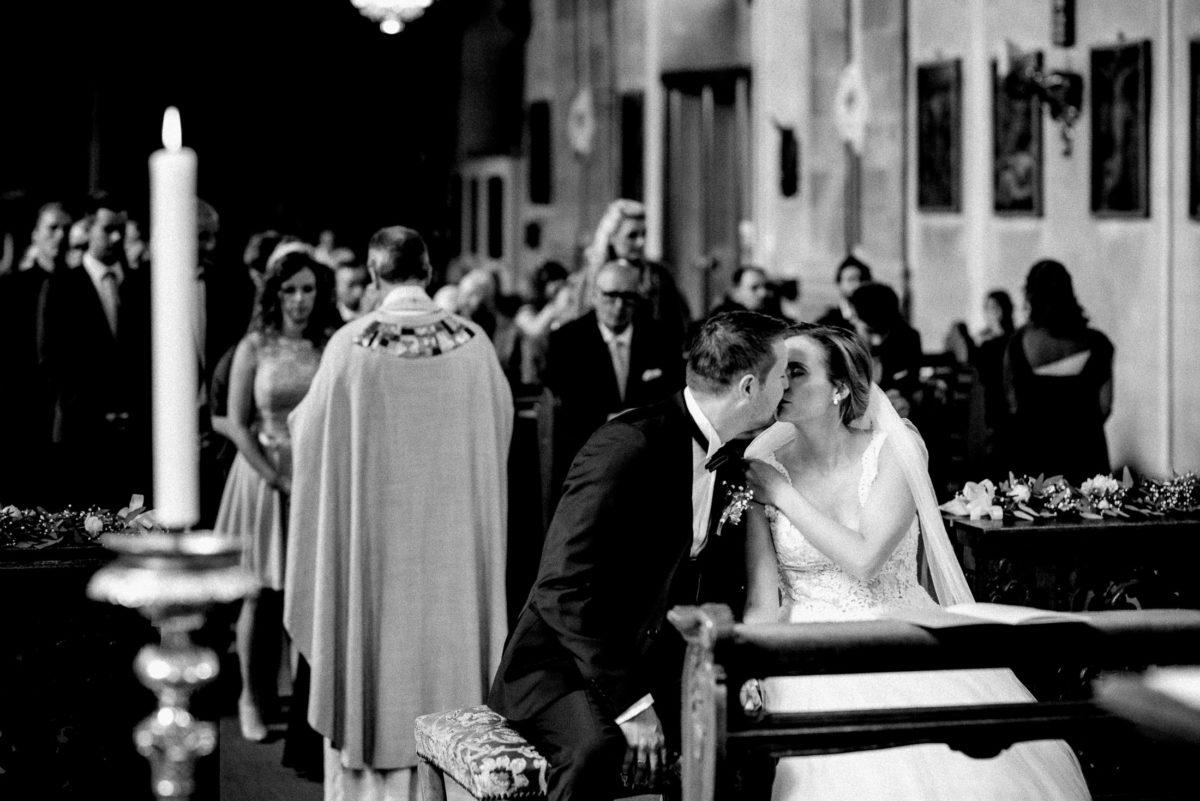 frisch verheiratet,Kuss,Eheleute,sitzen,Kirche