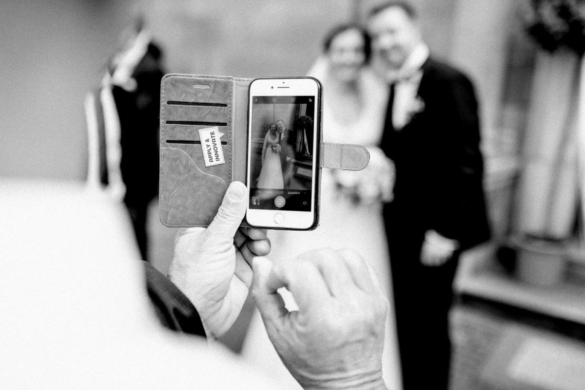 Brautpaar,Foto vom Foto,Handy,unscharf