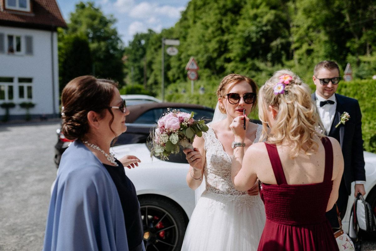 Braut nach schminken,Sonnenbrille,Brautstrauß,Frauen