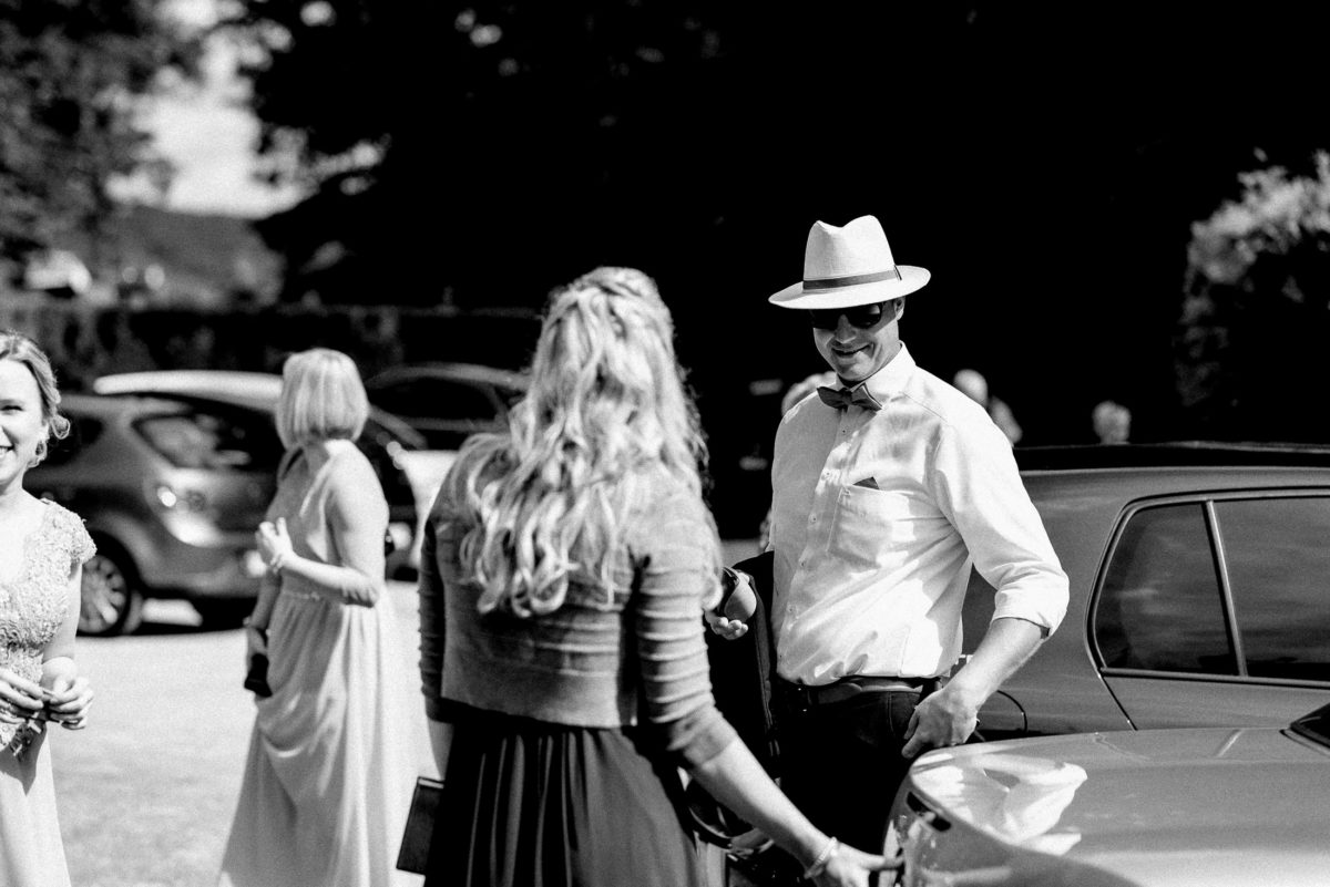 Strohhut,weißes Hemd,Autos,Parkplatz,Gäste,blond