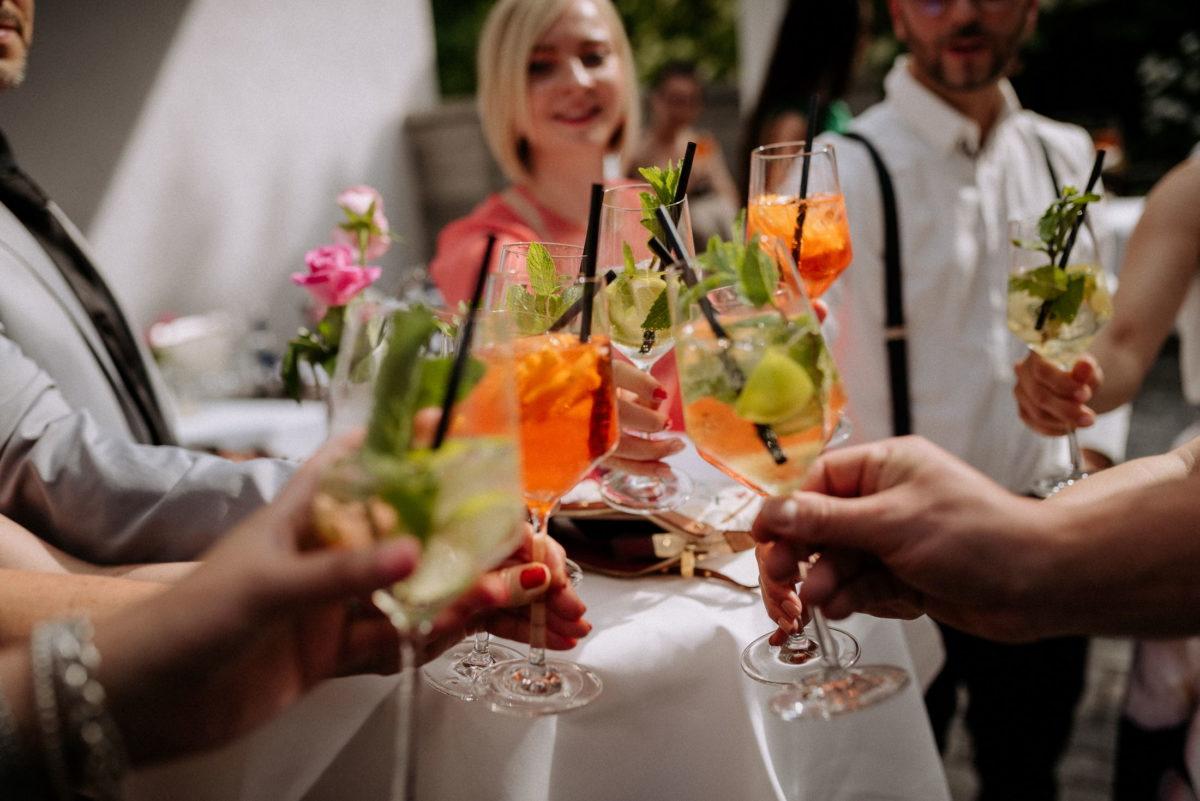 Cocktails,anprosten,Strohhalm,Limetten,