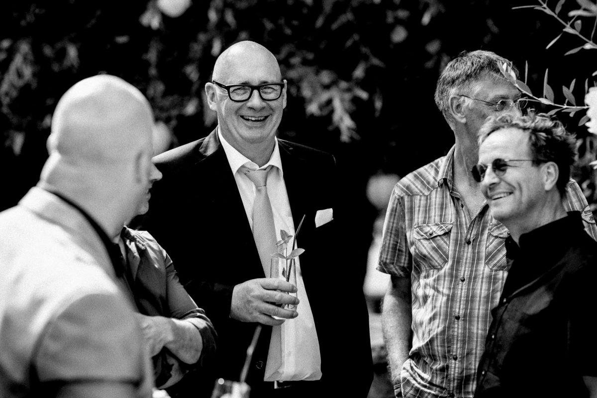 Männer,Unterhaltung,lachen,Krawatte,Trinkglas,Sonnenbrille