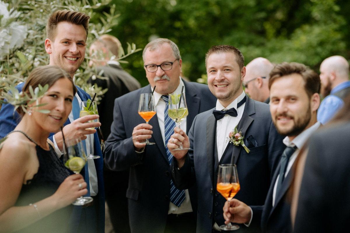 Bräutigam, Männer,Frau,Cocktails trinken,Krawatten,
