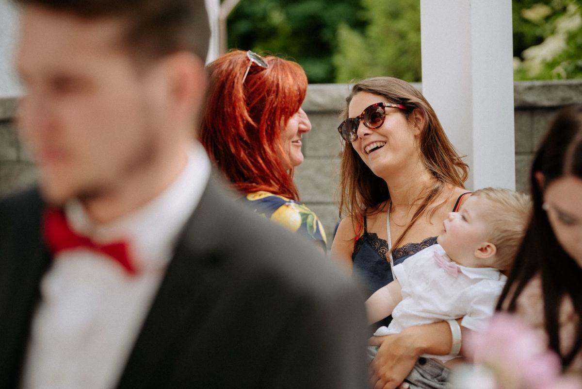 Frauen,Baby,tragen,lachen,reden,Hochzeitsfeier