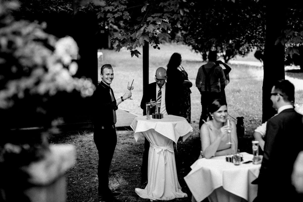 Stehtische,Hochzeitsempfang,Bäume,Hosenträger