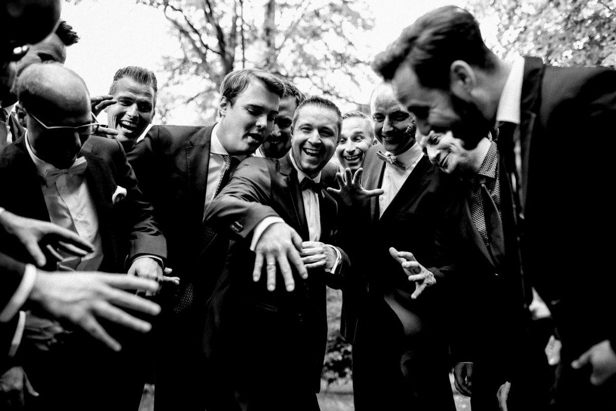 Männergruppe,Hande,Gruppenbild,Ansteckblumen,lachen