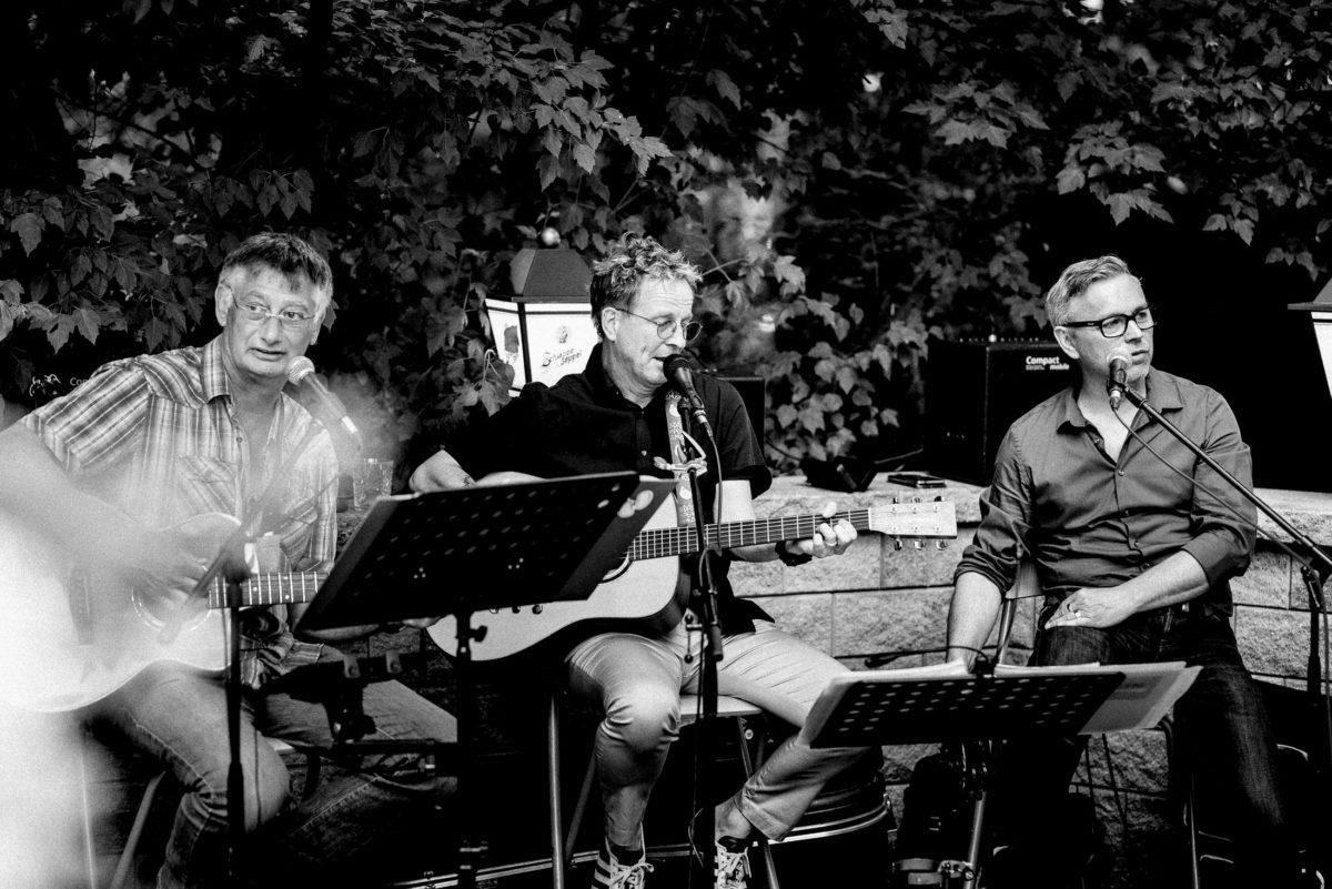 Hochzeitsband,Gitarren,Notenständer,Männer,Mikrofon