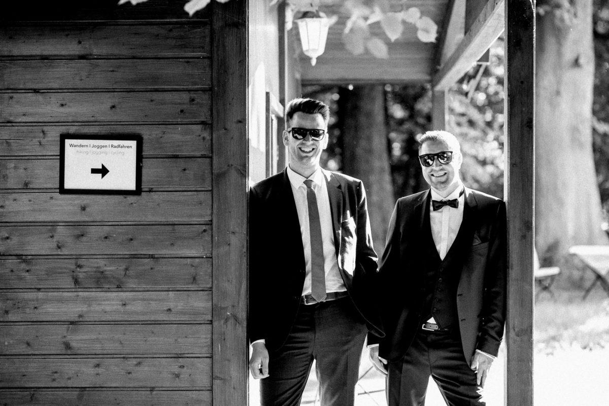 Holzhütte,Krawatte,Fliege,Anzug,Sonnenbrille,lachen,