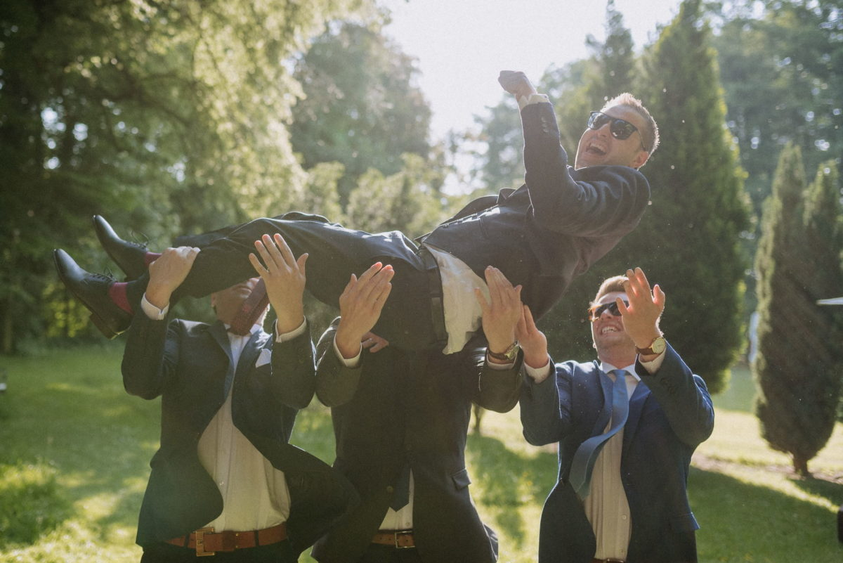 Bräutigam werfen,in die Luft werfen,Männergruppe,Spaß