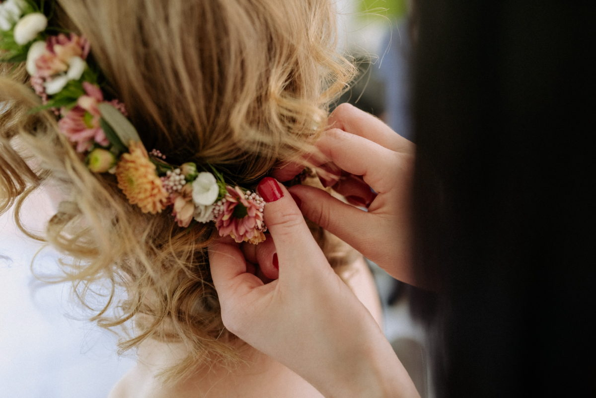 Haarstyling,Brautfrisur,Blumen, Haarschmuck,blond