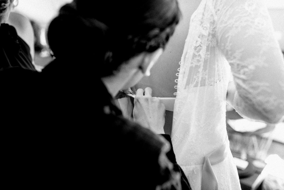 Brautkleid anziehen,Hochzeitsvorbereitung,