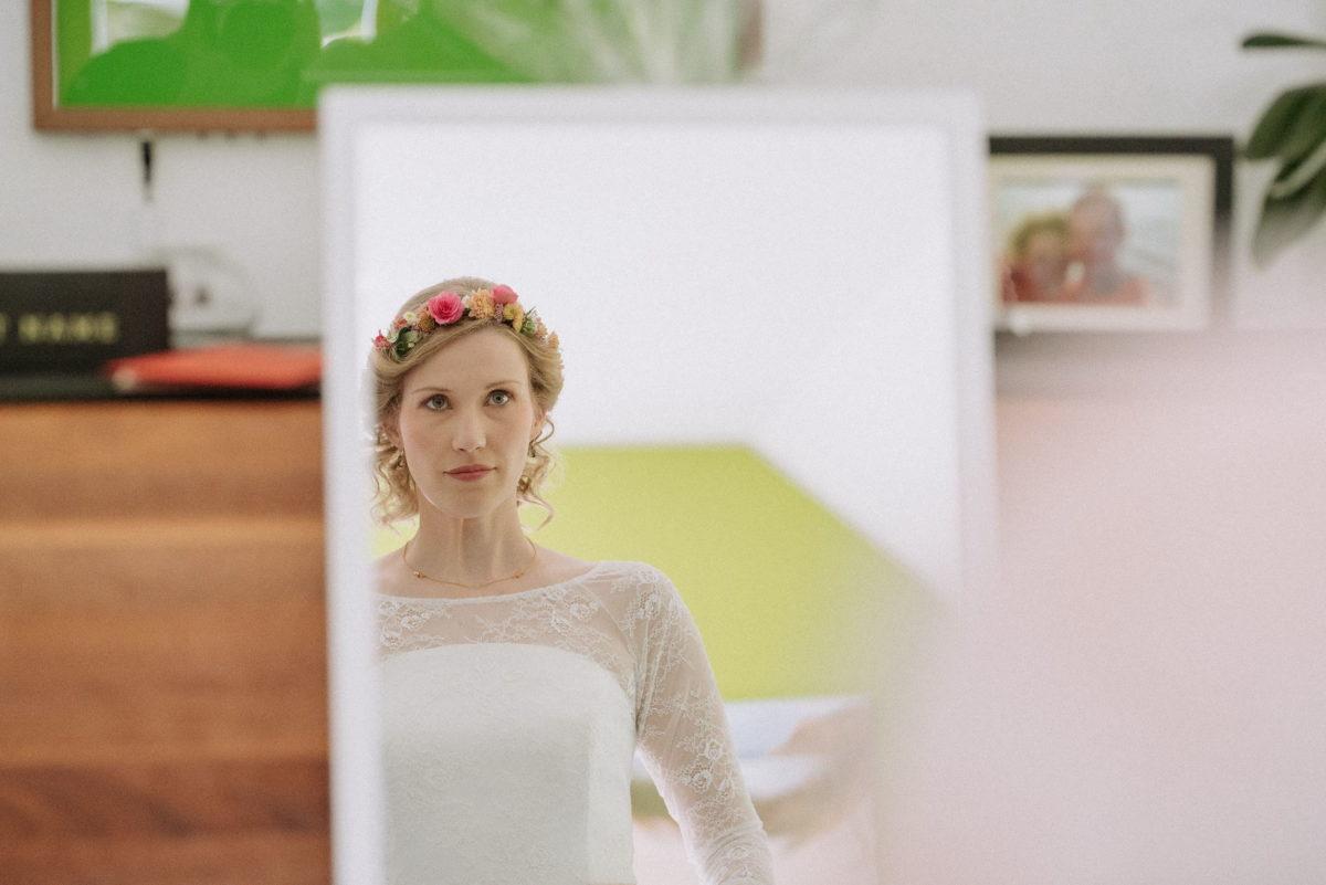 Braut,blond,Blumen im Haar,Brautkleid,Spiegel,