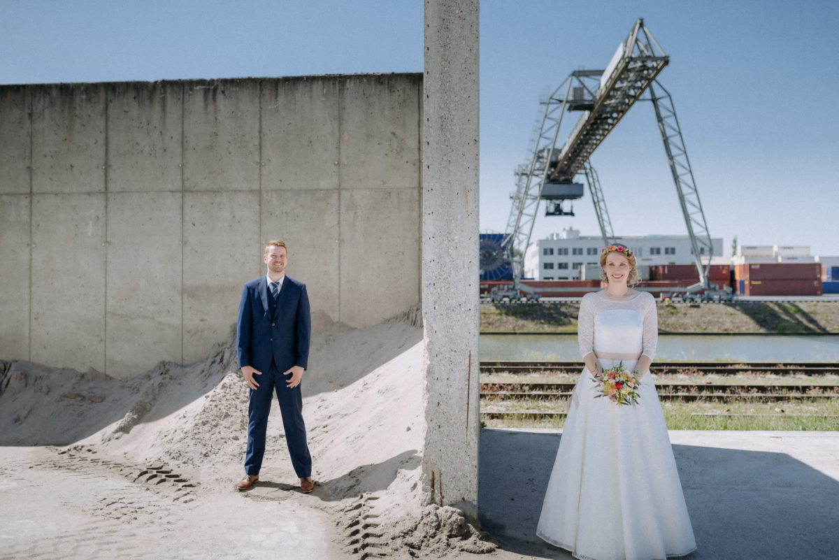 Krahn,Container,Brautpaar,Sand,Mauer,Brautstrauß
