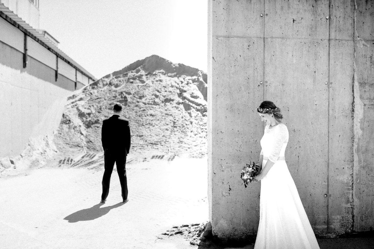 schwarz weiß Bild,Hochzeitsbilder,Mauer,Braut,Bräutigam