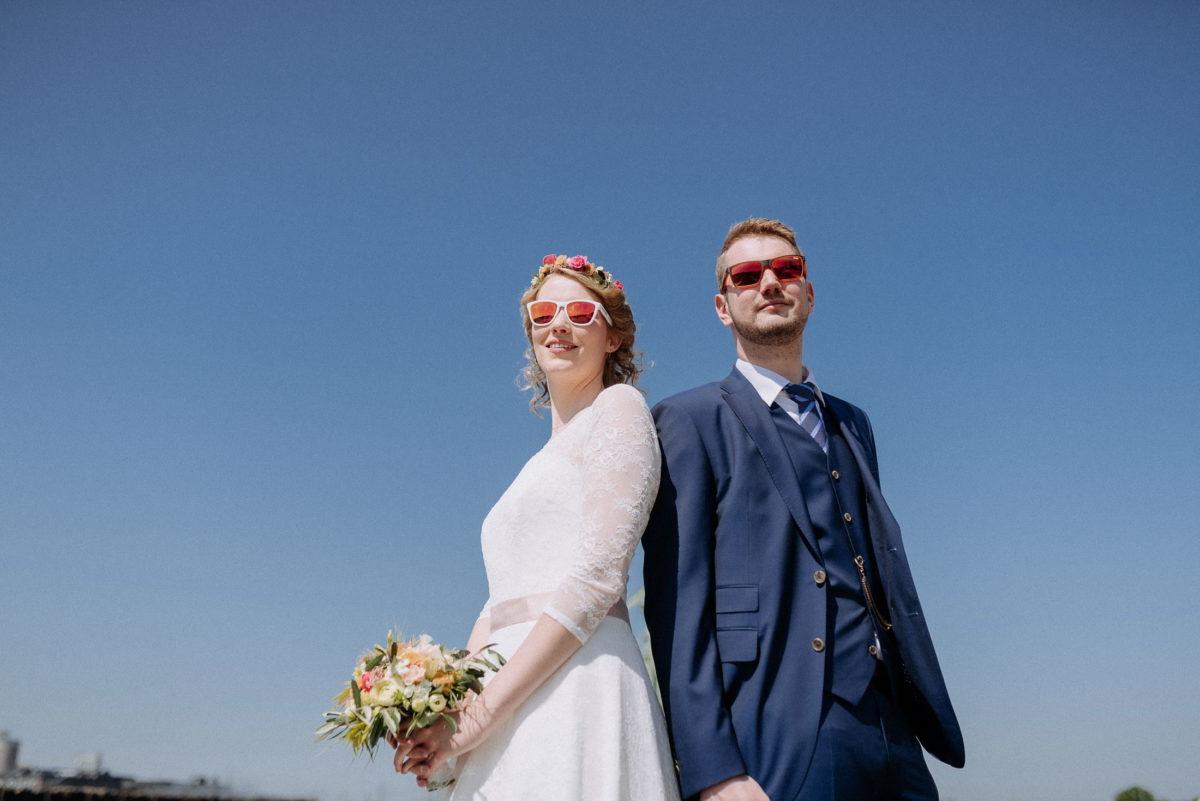 Brautpaar,sonnenbrillen,blauer Himmel,