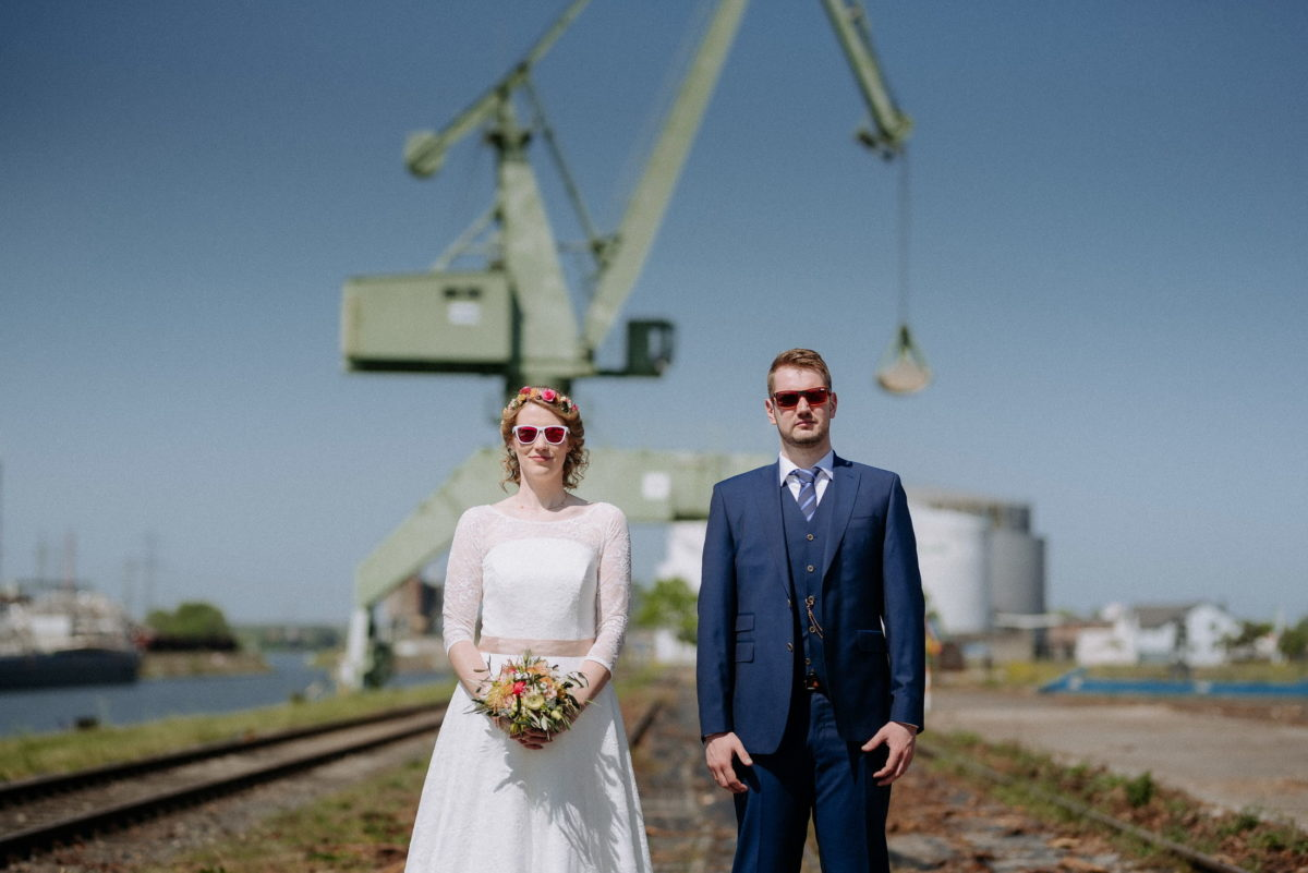 Krahn,Gleise,Brautpaar,Sonnenbrille,Blumen