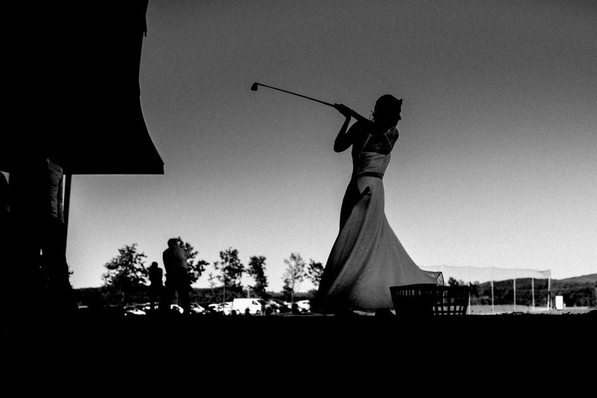 Golf spielen,Braut,Kleid,schwarz weiß,Golfschläger