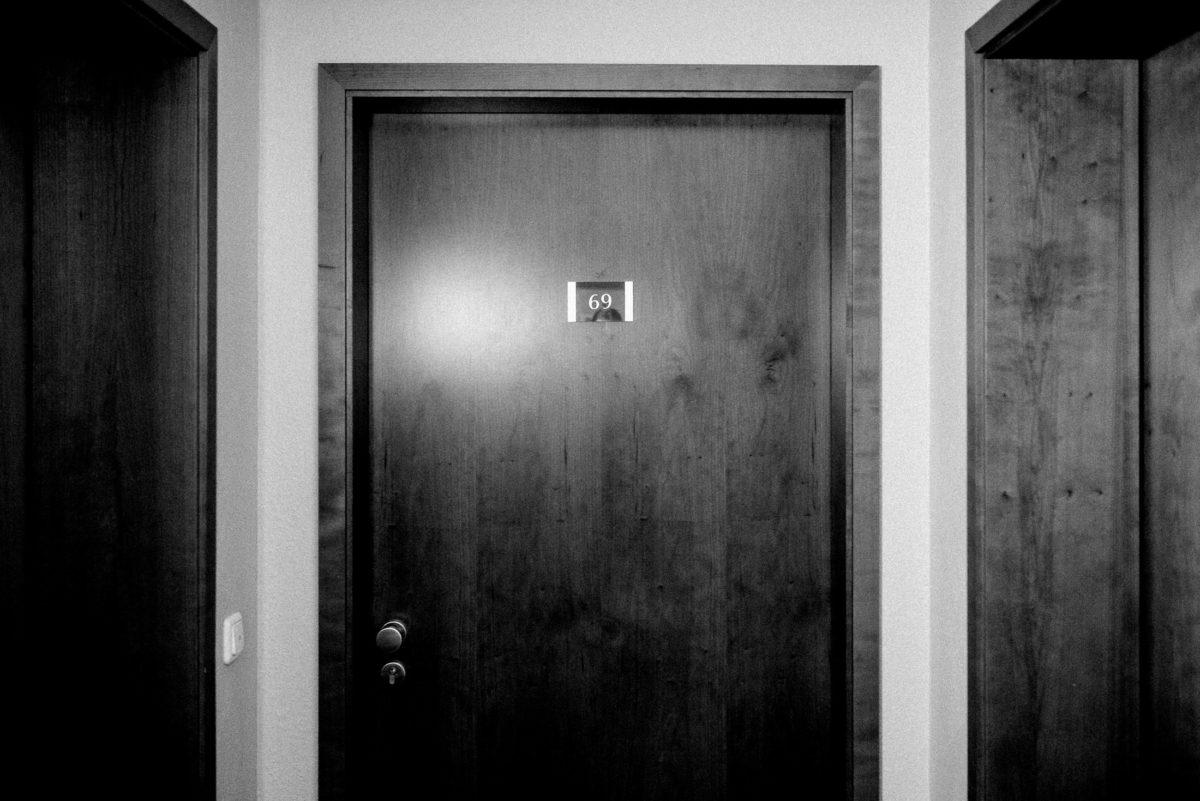 Hotelzimmer,69,Holztür,Zimmereingang
