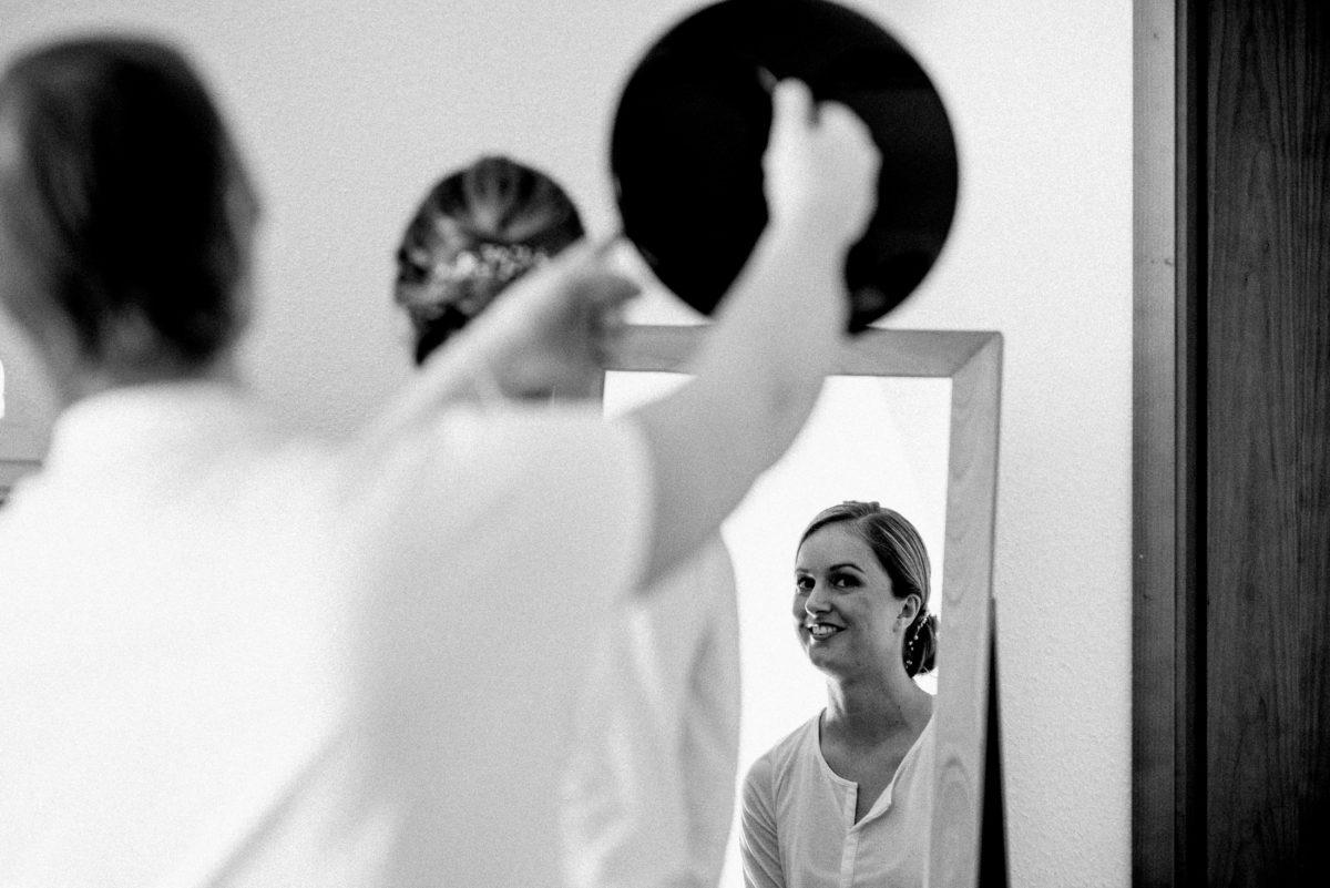 Blick in den spiegel,Hochzeitsfrisur betrachten,Braut,
