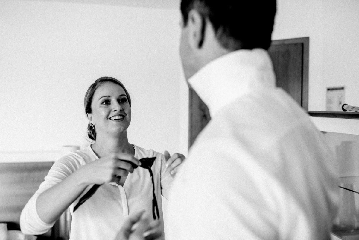 Mann,Frau,Fliege ,weißes Hemd,anziehen,zurecht machen