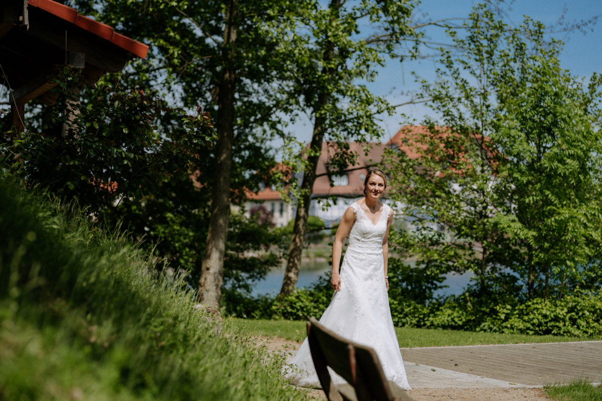 Braut,Brautkleid,Holzbank,Bäume,See,Sonne,