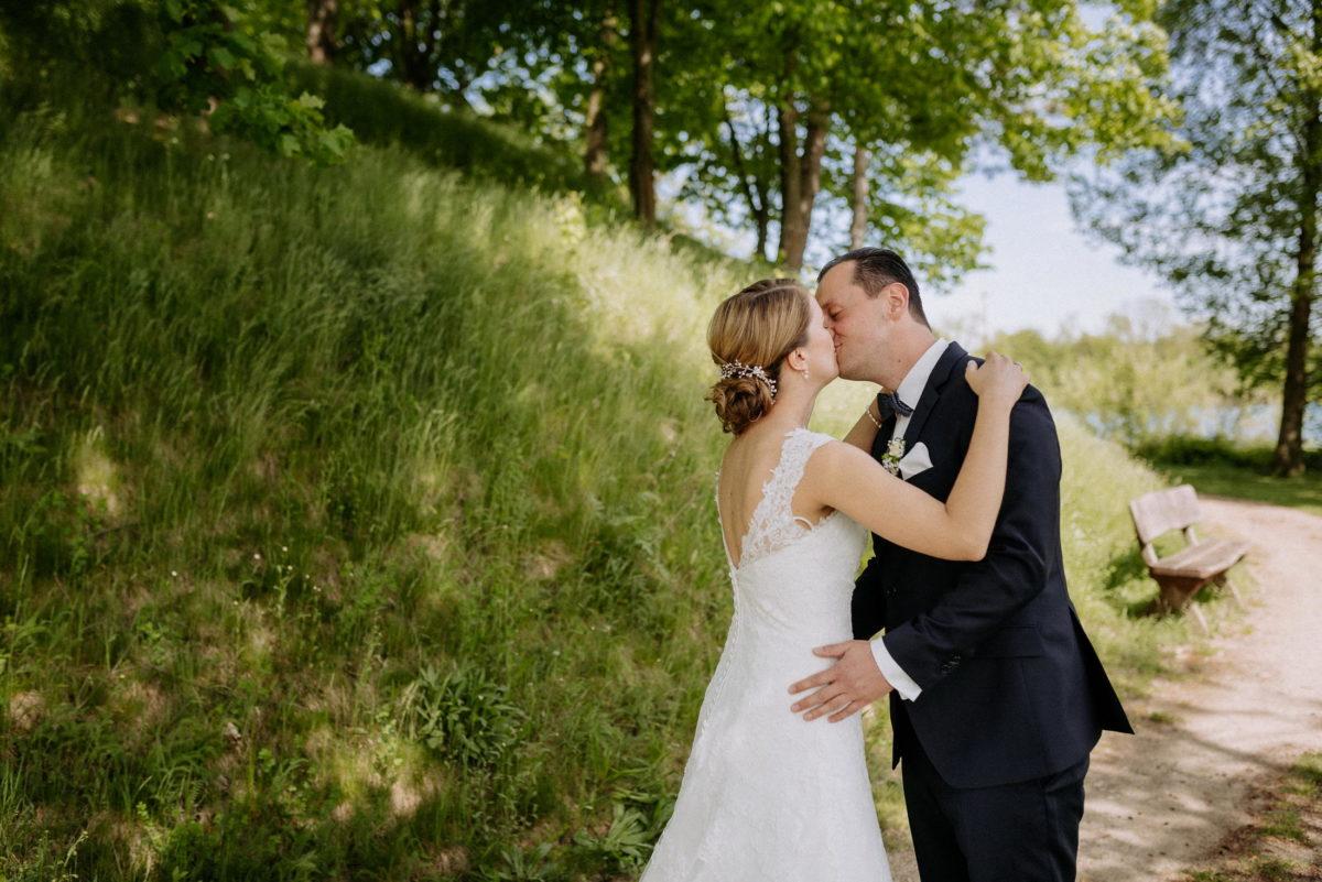 Wiese,Couple,Kuss,Sonne,Hochzeit,Rückenfreies Brautkleid,