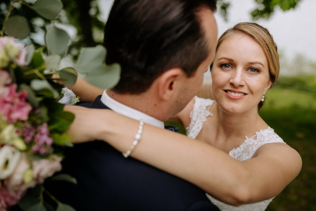 Hochzeitsshooting,Brautpaar,Perlenkette,Brautstrauss
