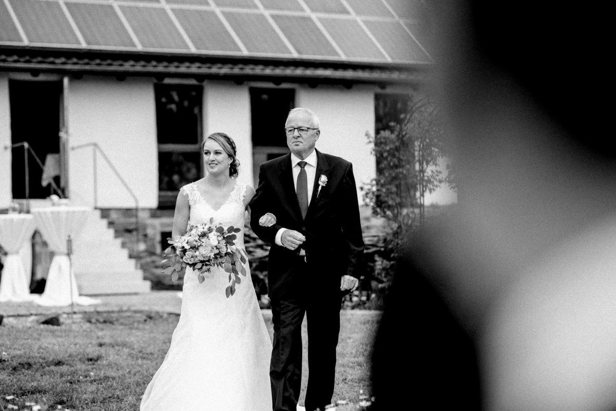 Braut,Brautvater,weg zur Trauung,Wiese,Stehtische