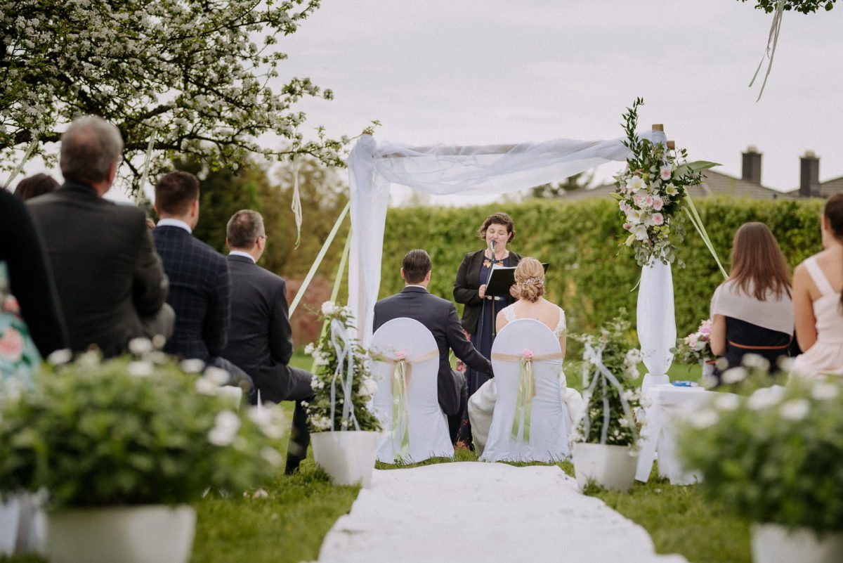 Simone Pfundstein,Hochzeitsgäste,Trauung im freien,Blumendekoration Hochzeit