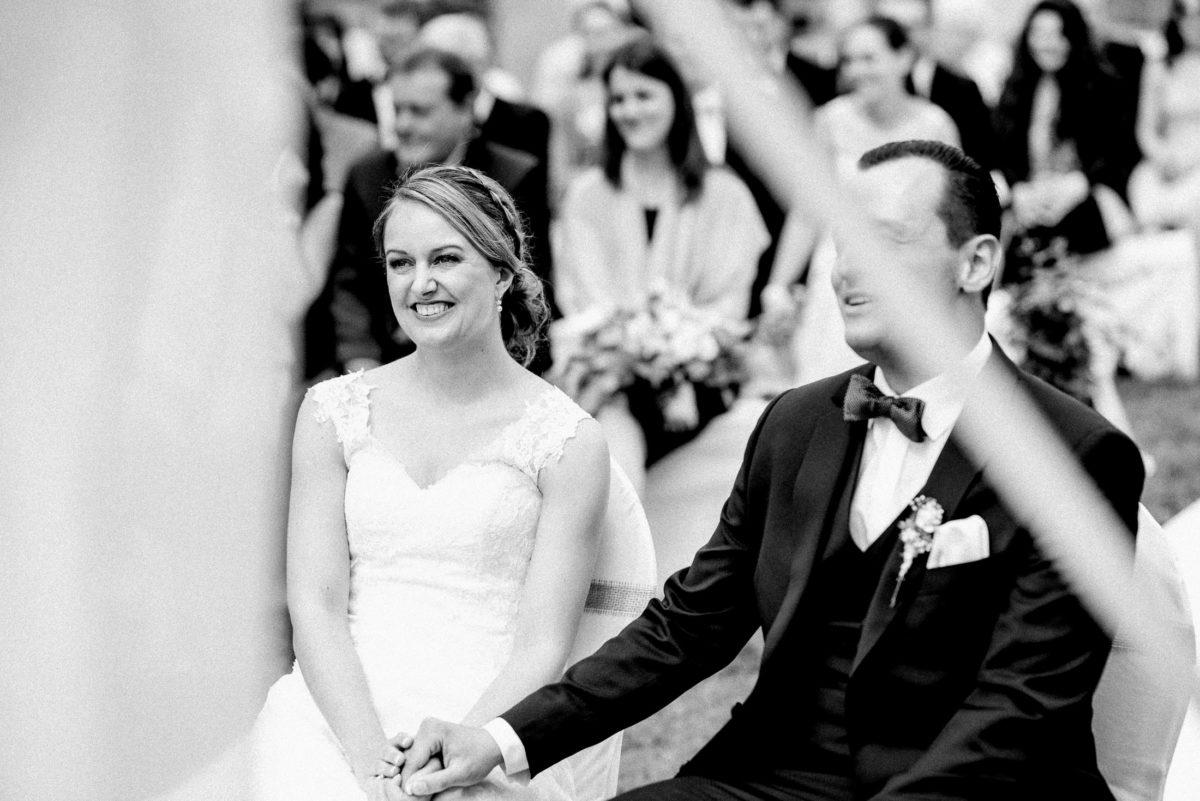 strahlende Braut,Hand halten,Hochzeitsanzug
