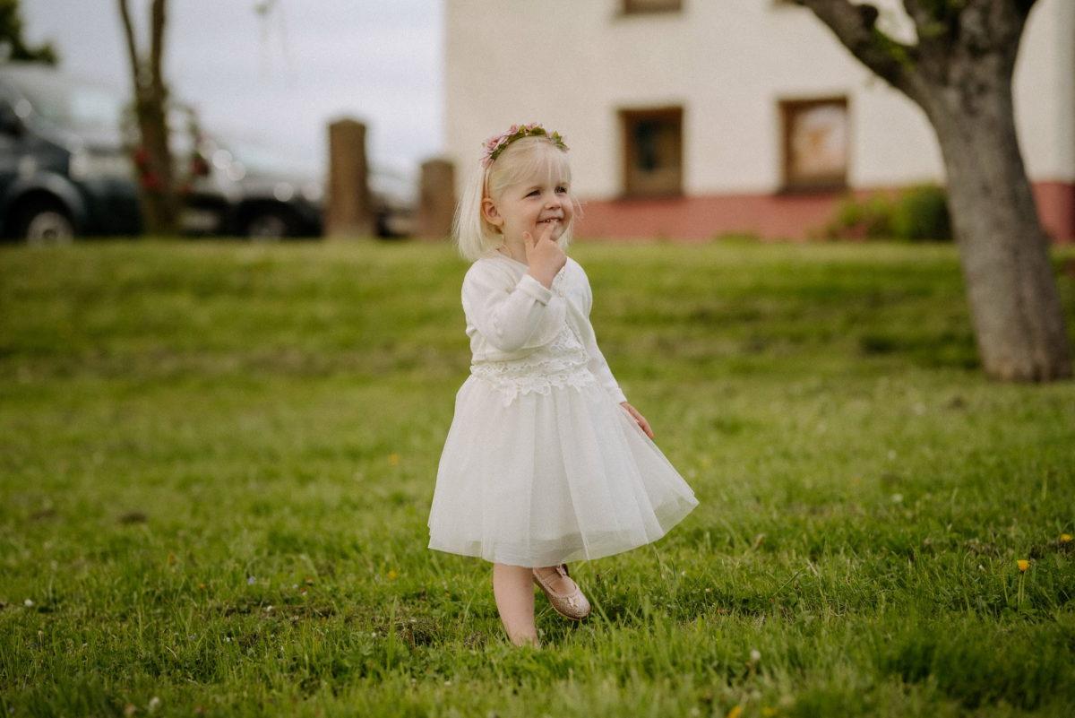 kleines Mädchen,blonde Haare,Kleidchen,Haarschmuck