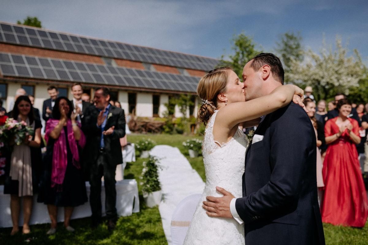 Hochzeit,erster Kuss,Braut und Bräutigam,Applaus