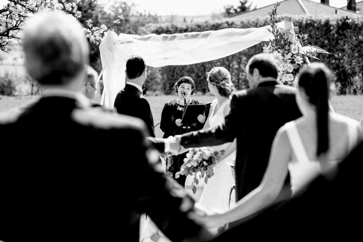 an den Händen halten,Gäste,Blumendeko,Hochzeit