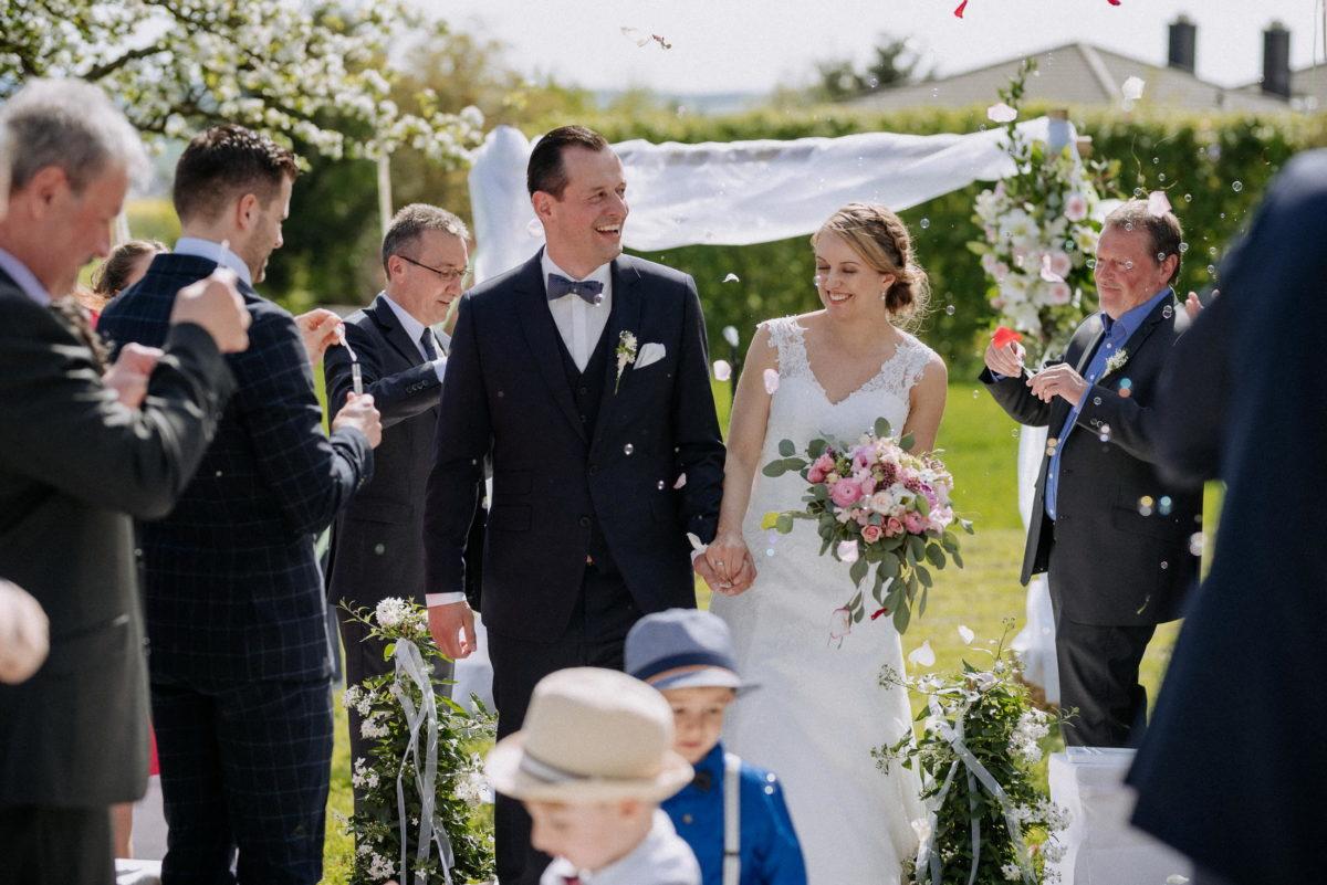 Seifenblasen,Brautstrauss,Blumenkinder,frisch verheiratet
