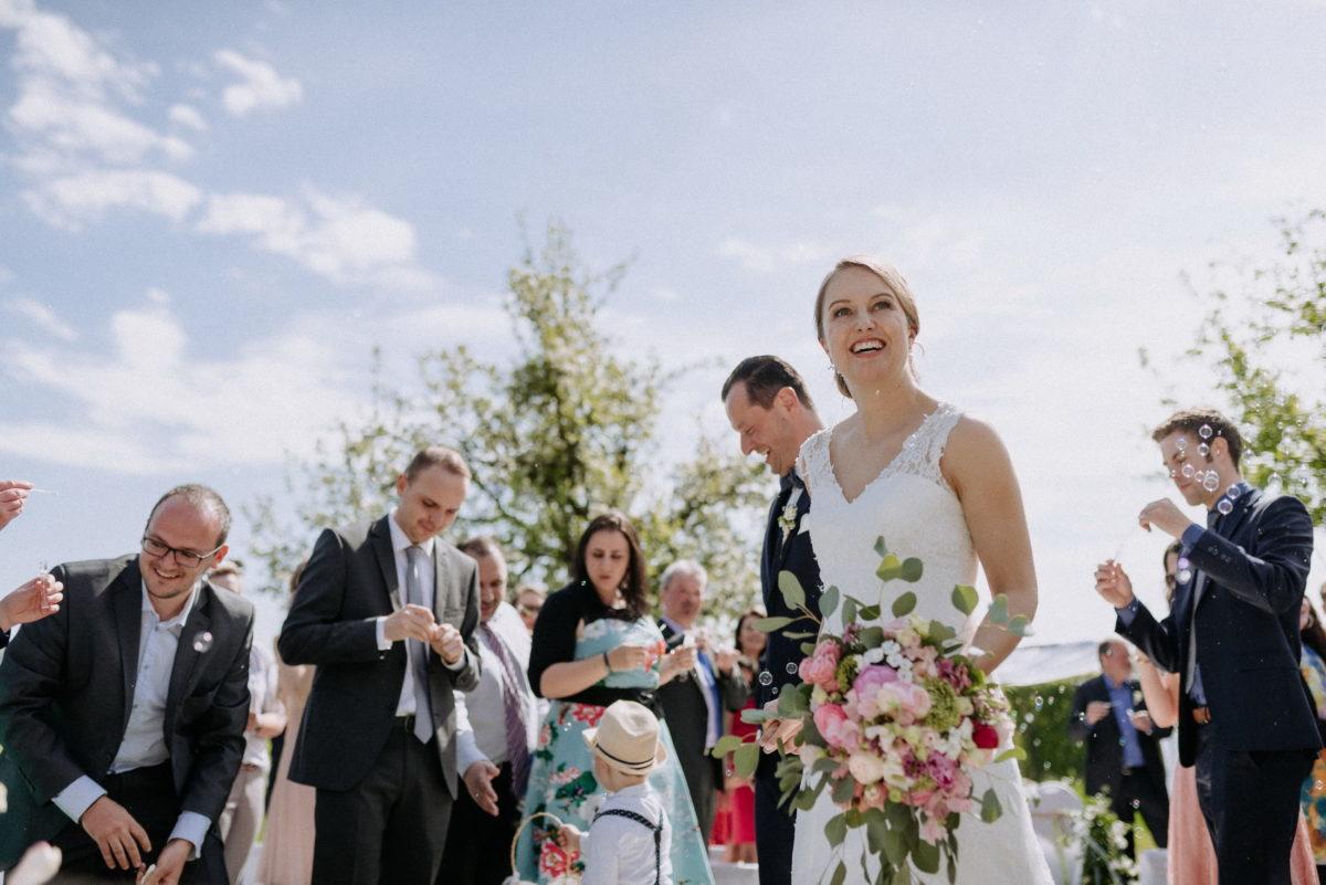 strahlende Braut,Seifenblasen,blauer Himmel,Sinne,Brautkleid mit Spitze
