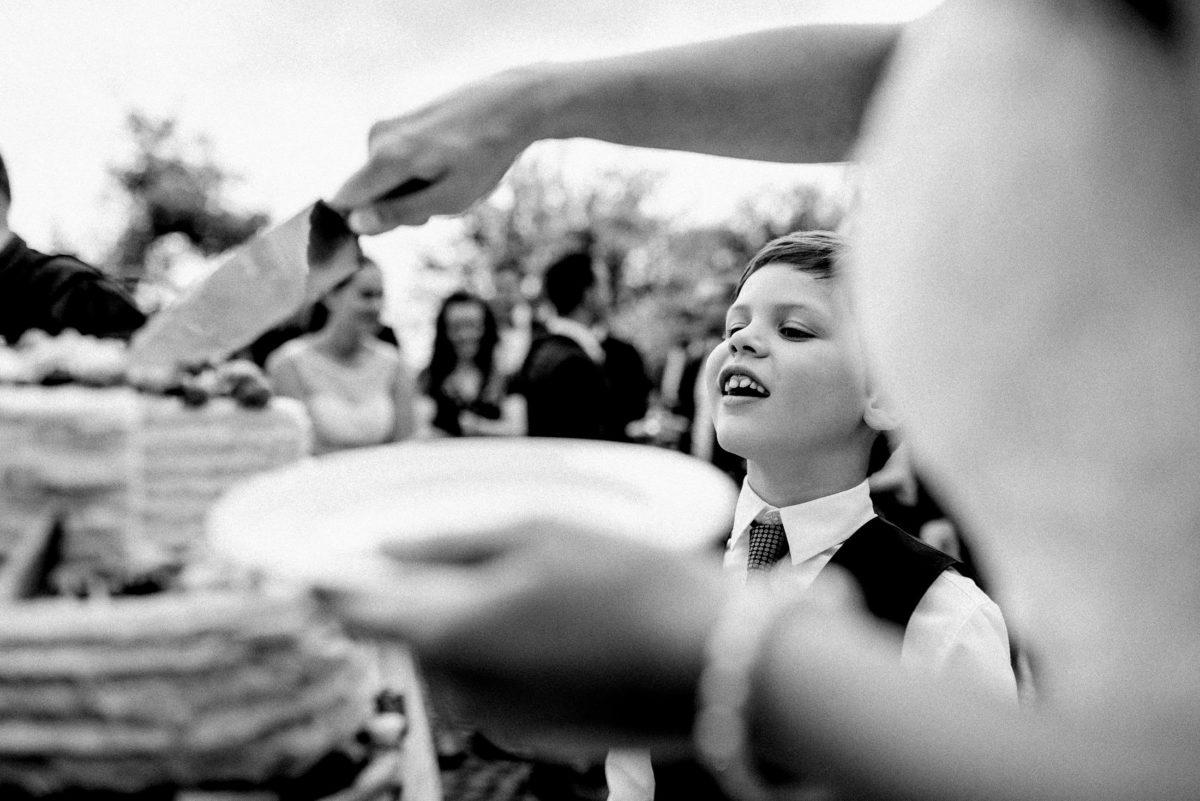 Hochzeitstorte,Messer,Teller,kleiner Junge,Krawatte