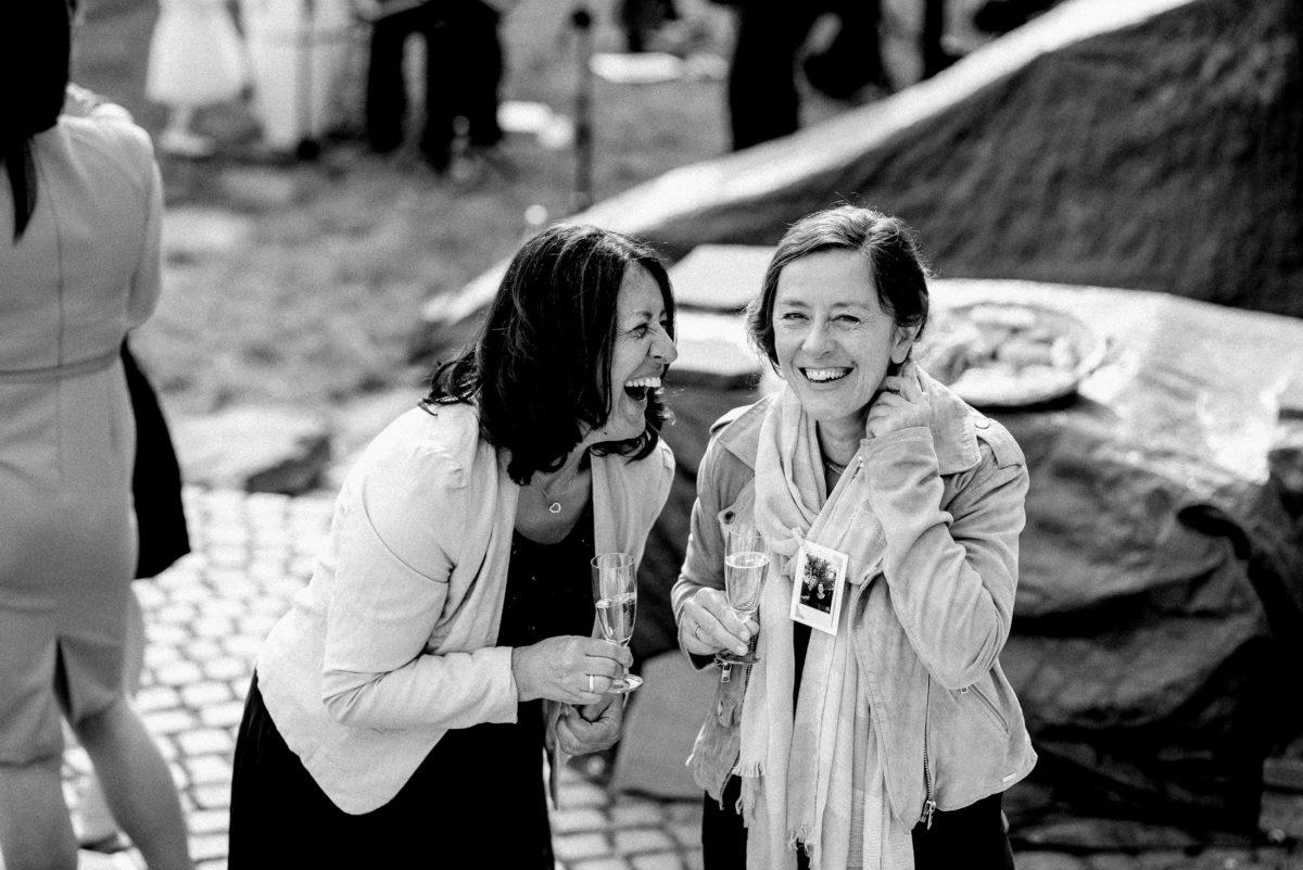 Frauen,herzlich lachen,Polaroidbild,Sektgläser