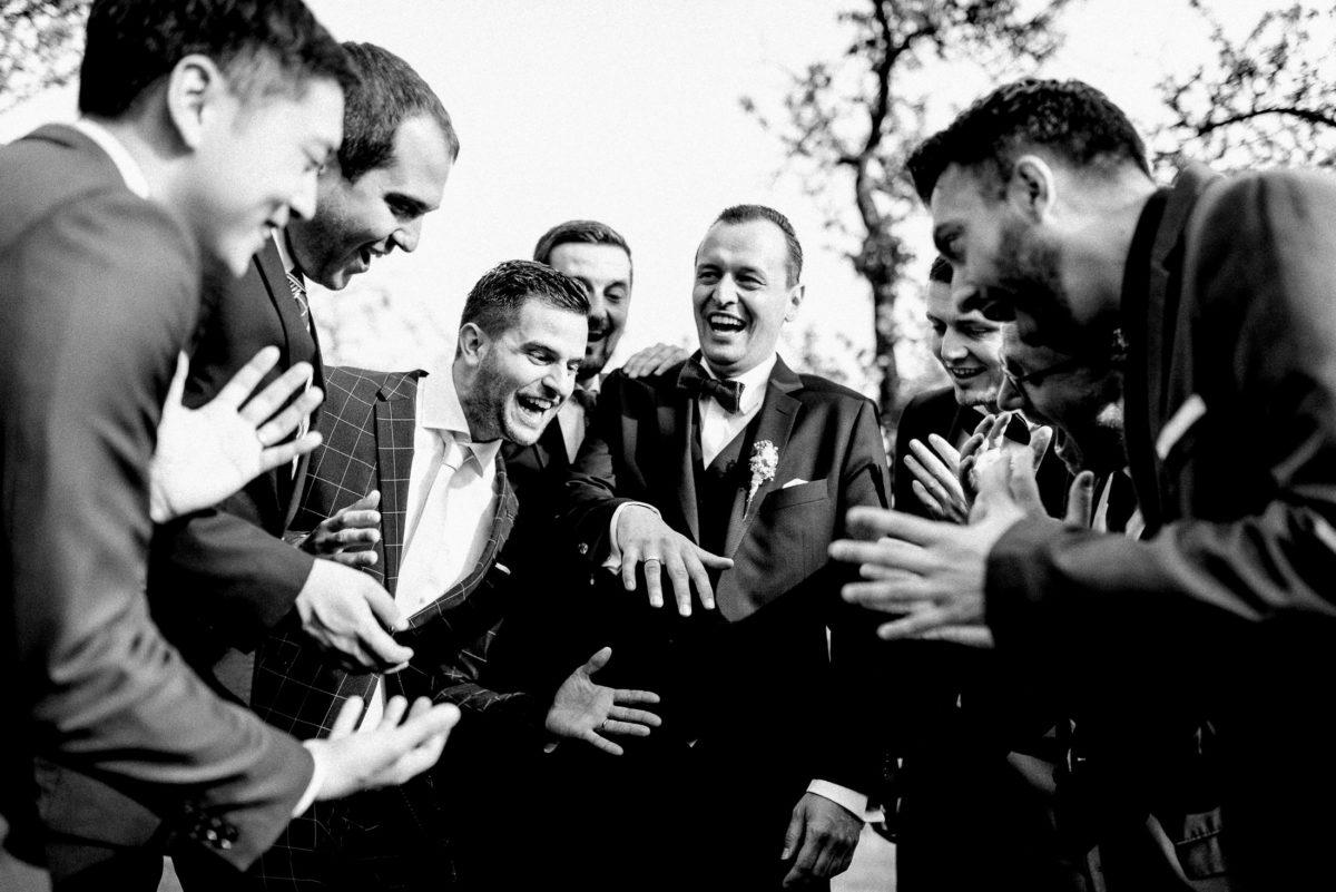 Männergruppe,lachen,Hände,Freunde,Hochzeit