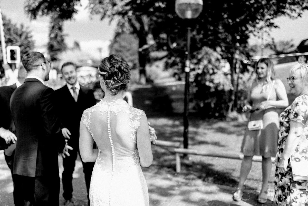 Brautfrisur,Rückenfreies Brautkleid,Laterne,Gäste