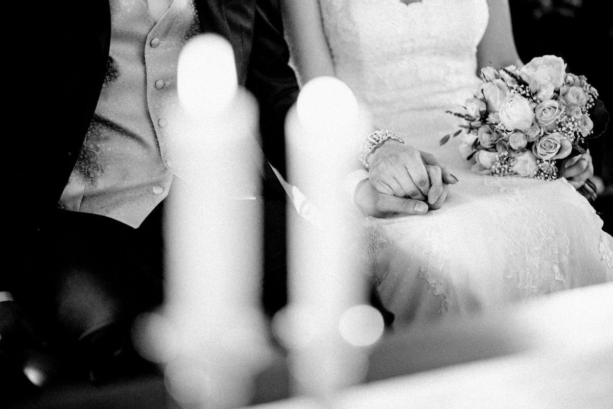 Brautkleid,Herrenweste,Kerzen,Hand halten,Armschmuck