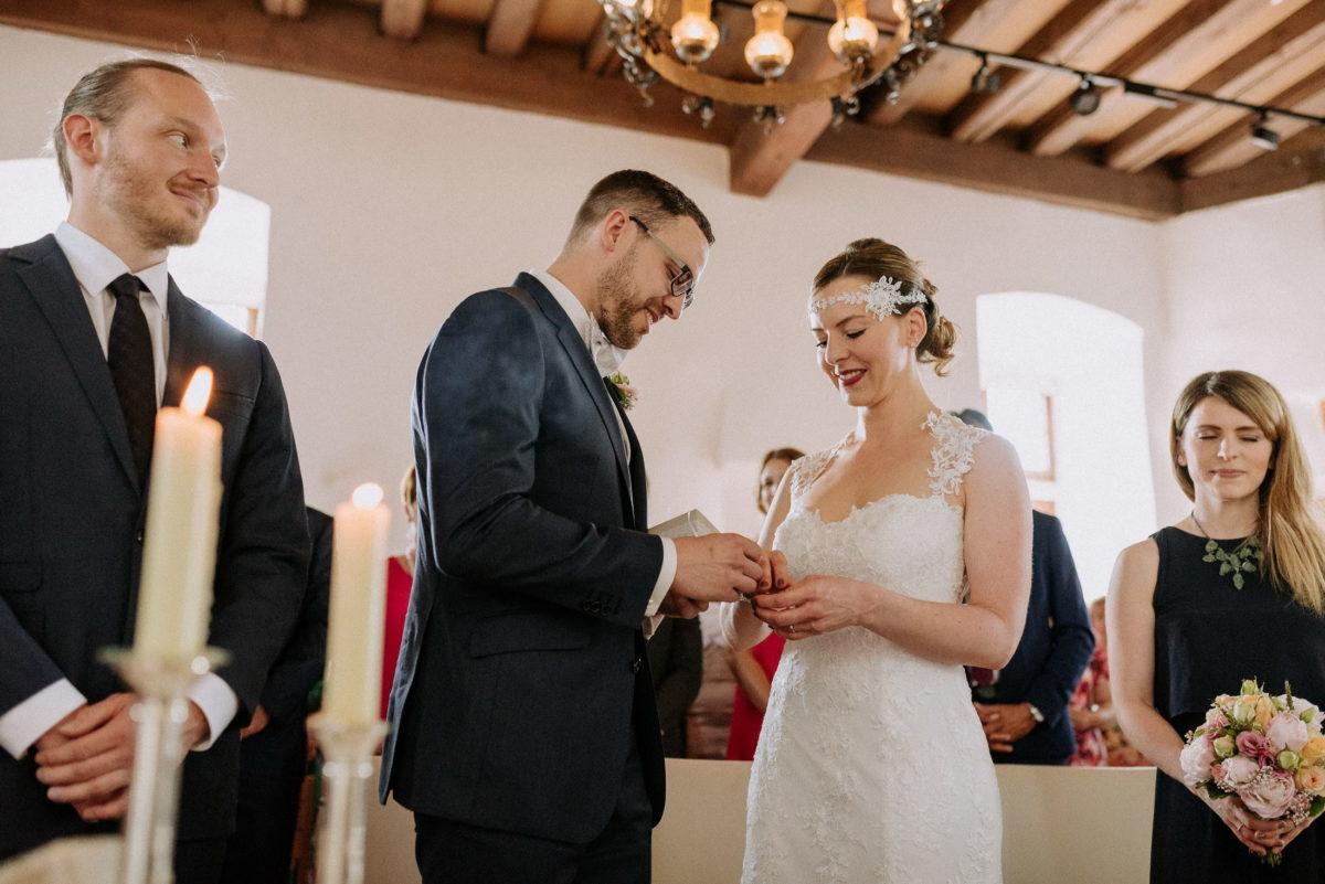 Ringübergabe,Brautpaar,Standesamt Alzenau,Kronleuchter,Holzdecke