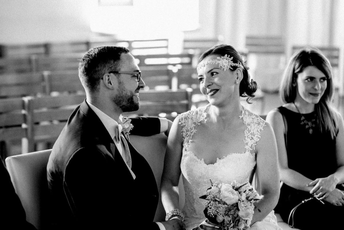 Brautkleid mit Spitze,Brautstrauß,Fliege,Stirnband