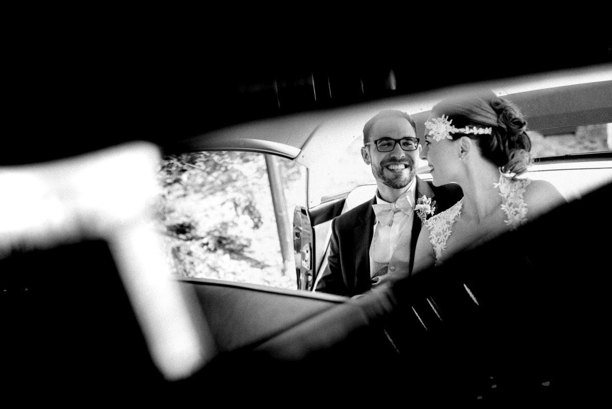 Brautpaar,Spiegelbild,Hochzeitsauto