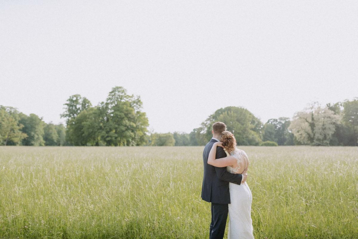 Blick in die Ferne,große grüne Wiese,hohe Bäume,Ehepaar